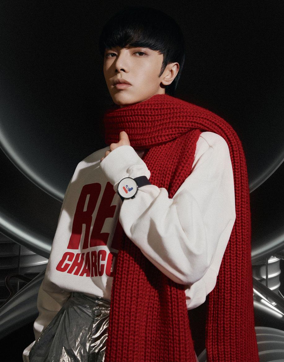 """""""火星少年""""华晨宇最新大片 穿红色漆皮风衣挑战""""蘑菇头"""""""