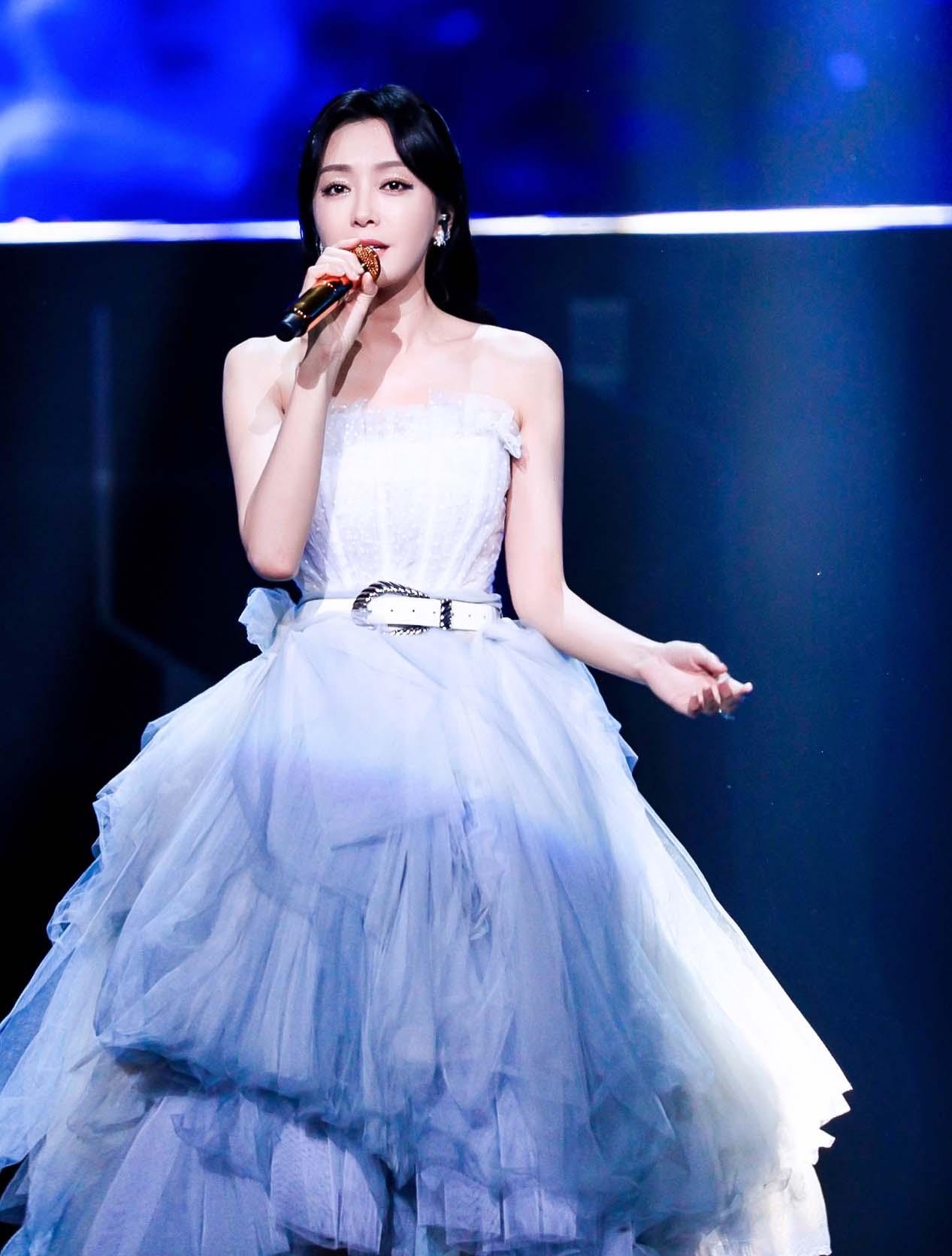 秦岚双十一晚会献唱《逆流而上的你》 白色投影长裙梦幻飘逸