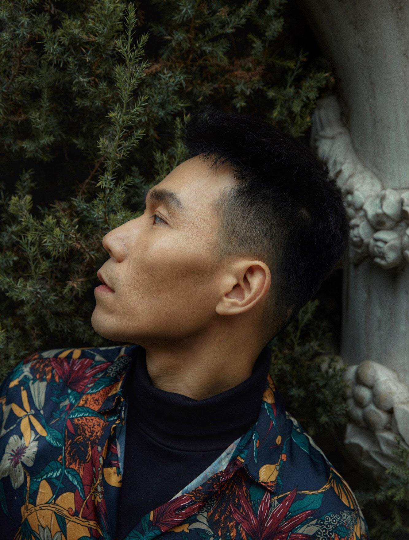 演员王超北发布时尚街拍 随性自在展多重个性