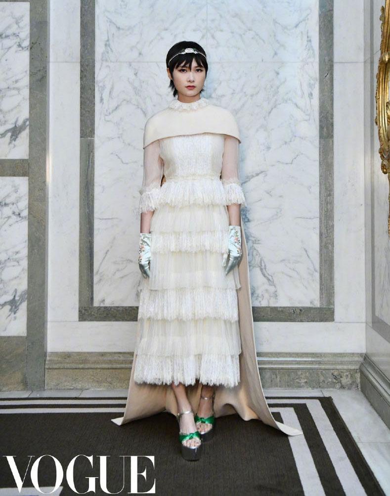 李宇春出席活动蕾丝长裙显优雅 搭配水晶发带气质冷艳