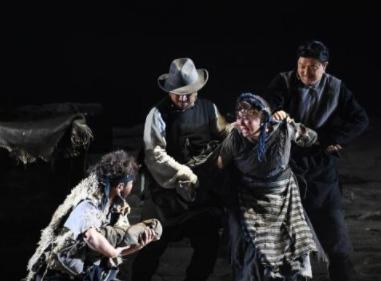 西藏民主改革经典话剧《不准出生的人》亮相西藏大学