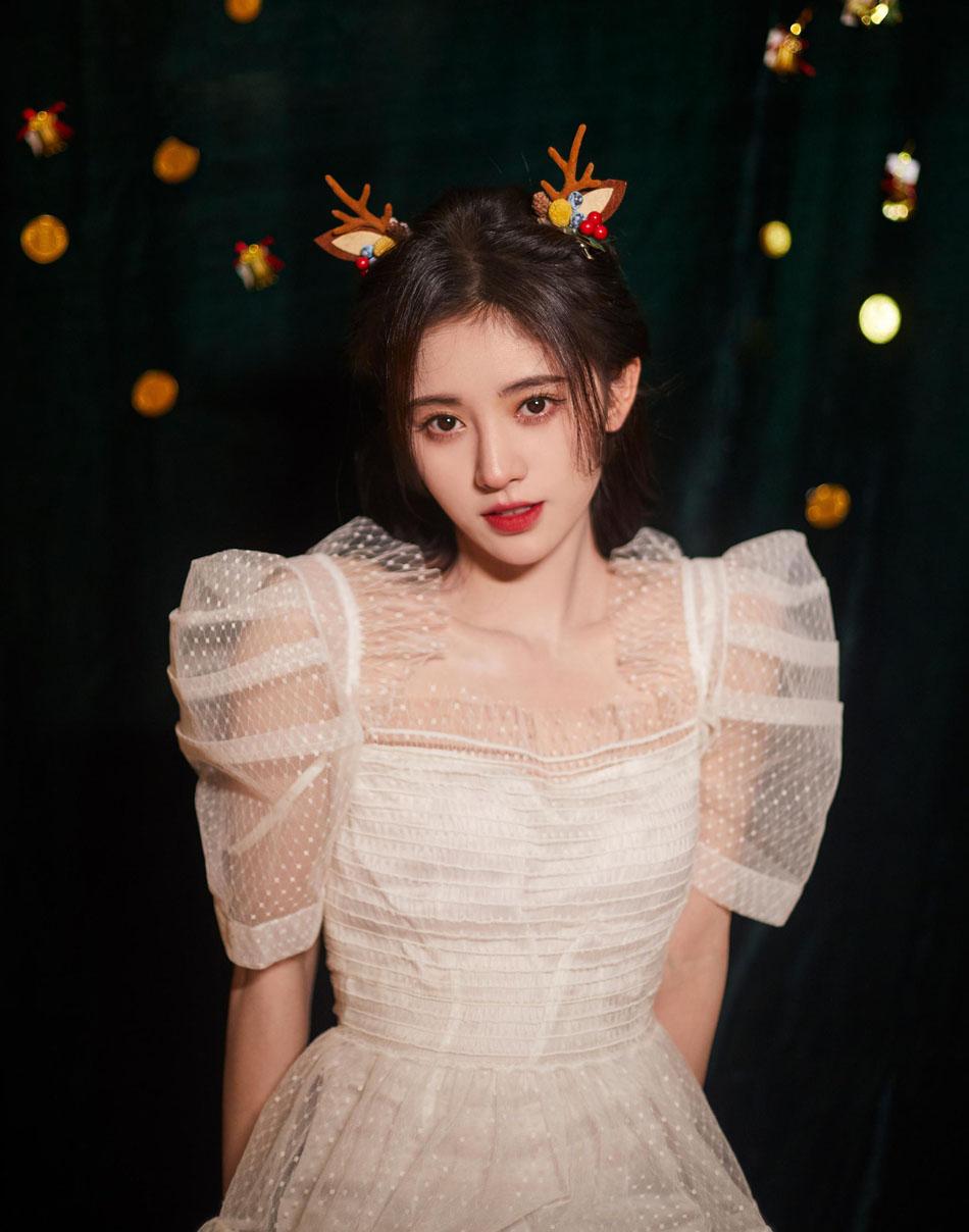 鞠婧祎戴鹿角头饰拍圣诞节写真 身穿蕾丝纱裙上演锁骨杀