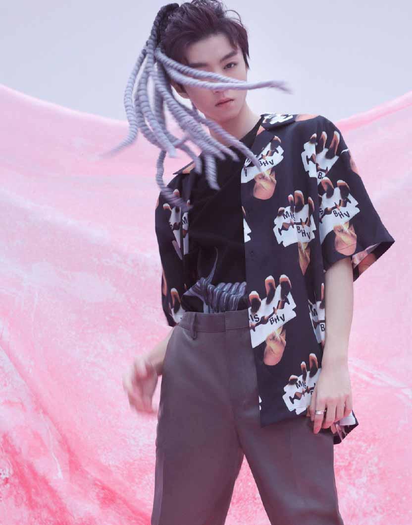王俊凯最新时尚大片挑战脏辫造型 眼神坚定表现力超强
