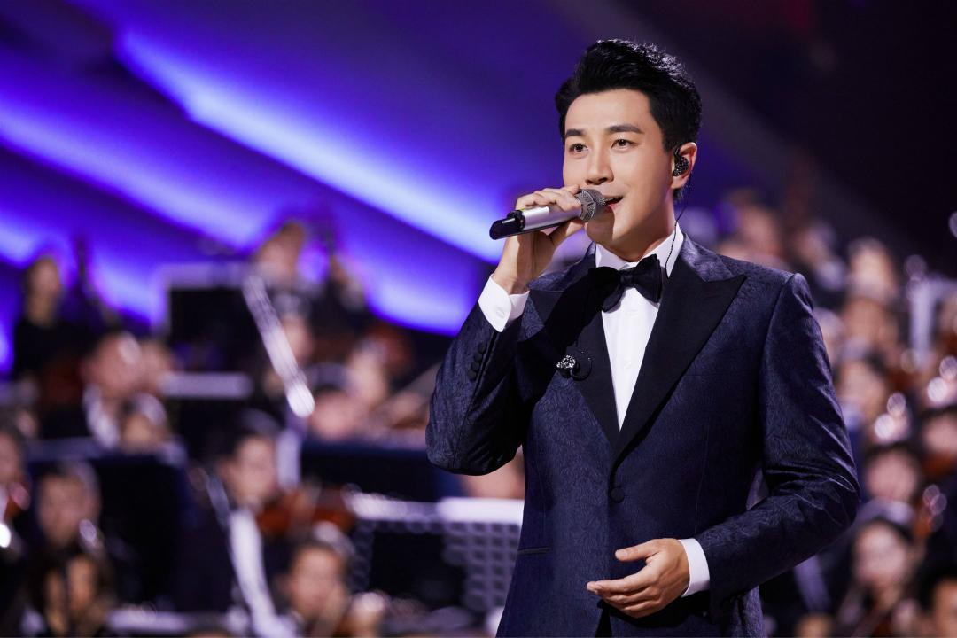 刘恺威献唱央视新年音乐会 深情演绎时代之歌