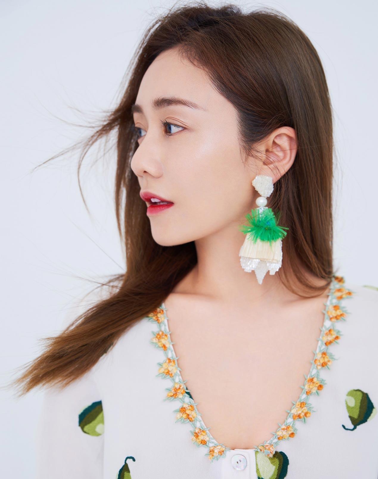 刘芸时尚大片上线 诠释清爽夏日风尚