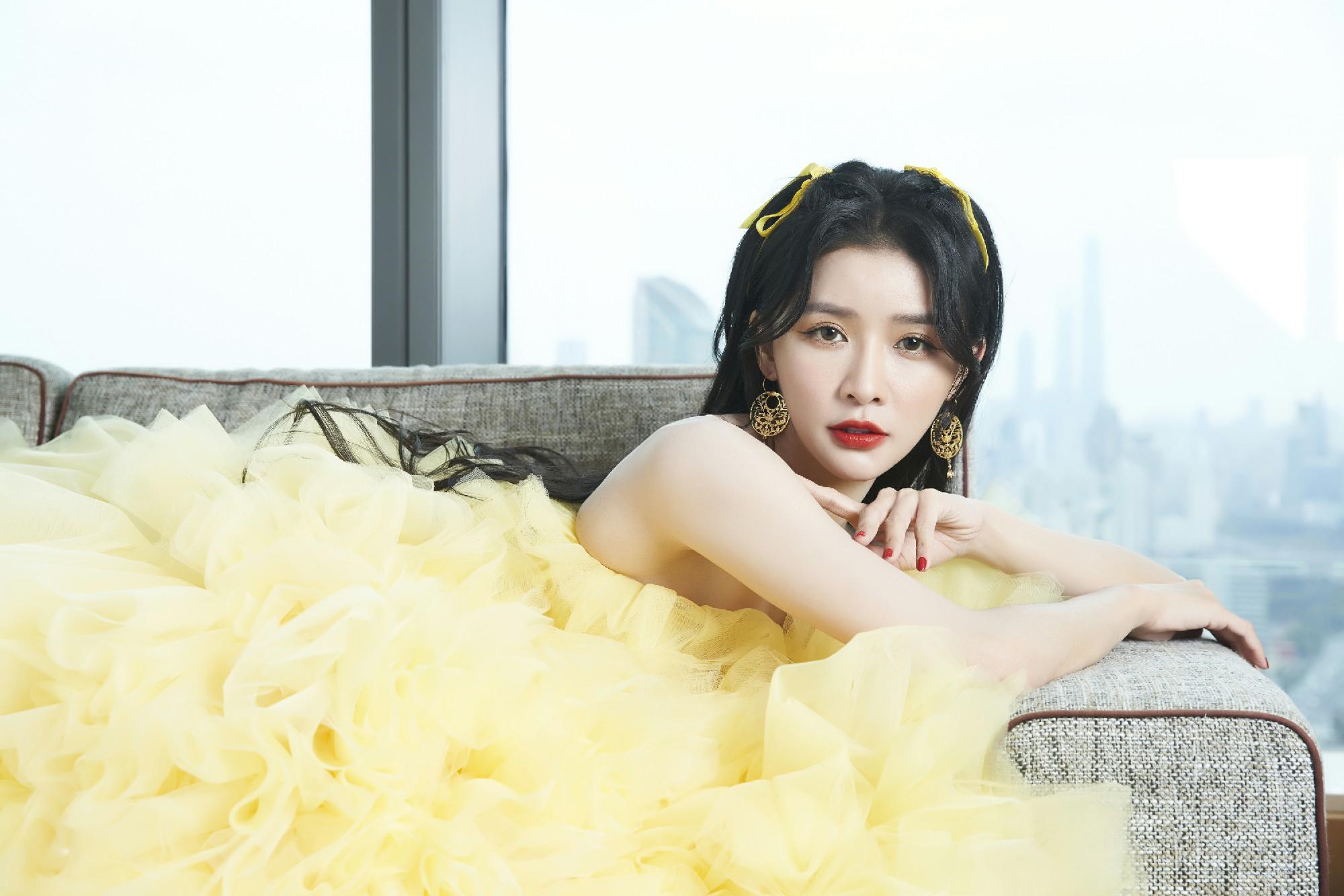 蔡卓宜淡黄的长裙现身COSMO盛典