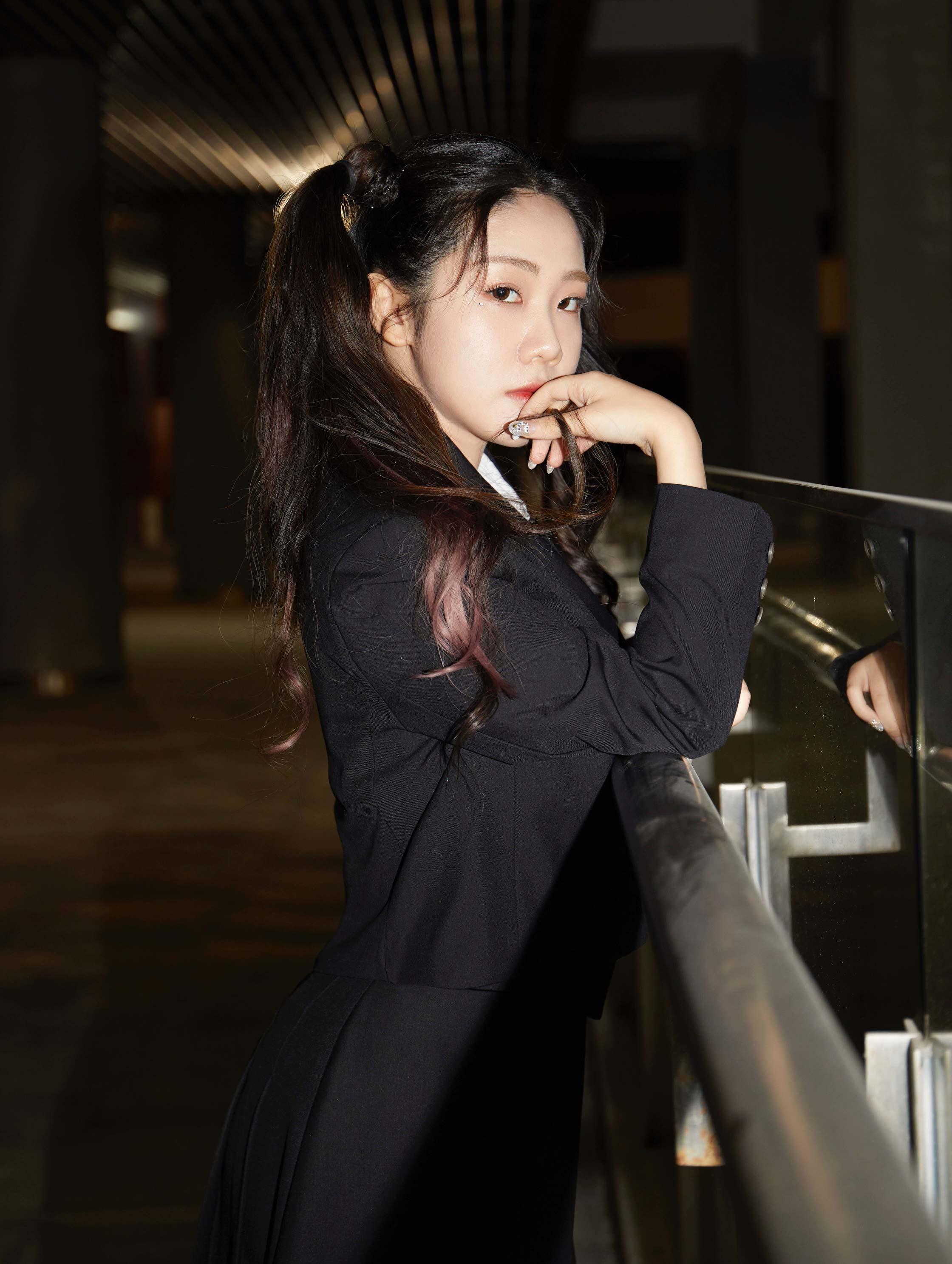 说唱少女石玺彤献唱上海电竞大师赛开场曲