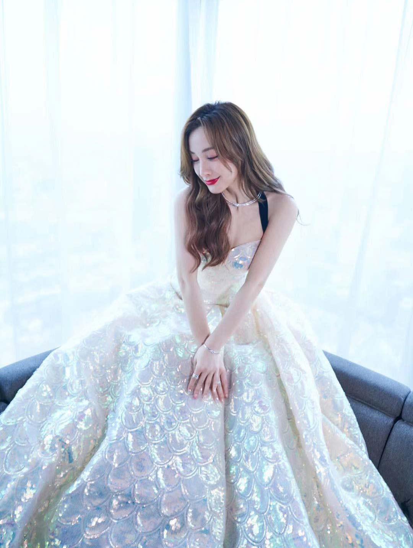 吴昕鱼鳞色亮片抹胸裙 好像出逃的人鱼公主