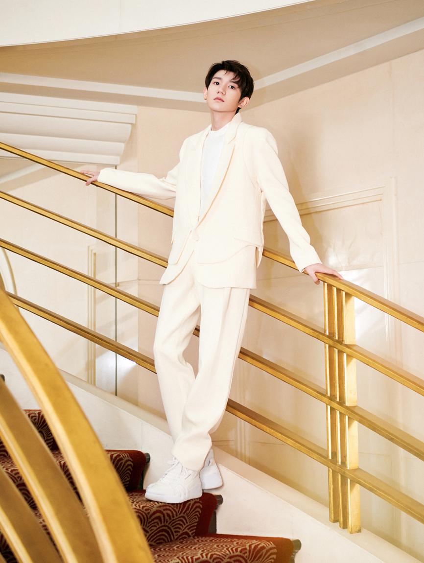 王源奶油色西服出席品牌活动 造型高级彰显非凡气度