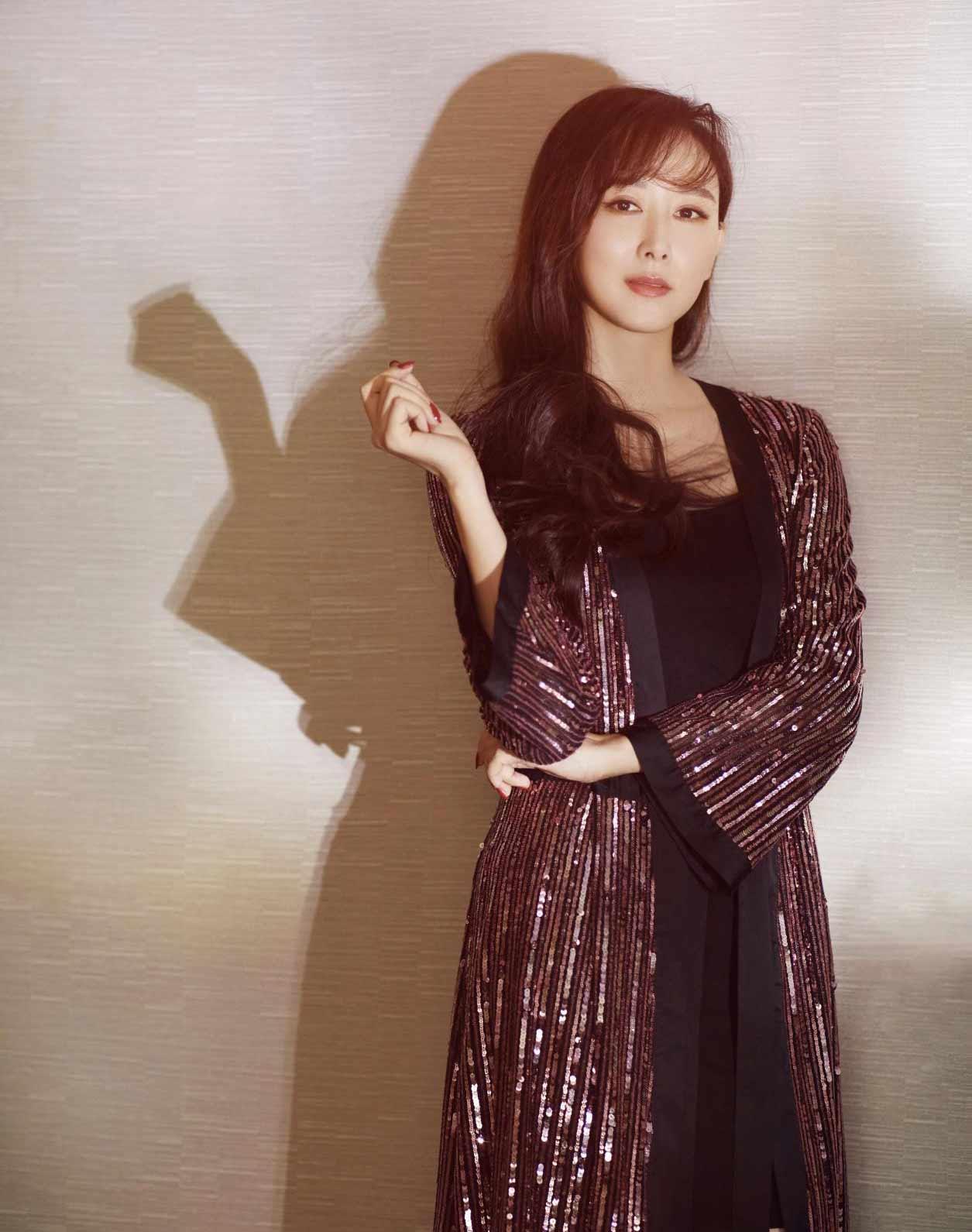 胡静亮片睡袍魅力吸晴   性感身材美出新高度